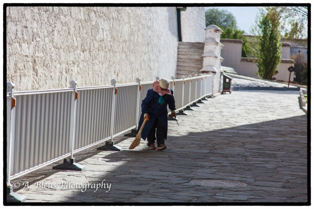 potala-palace-sweeper-lhasa-mg_3716